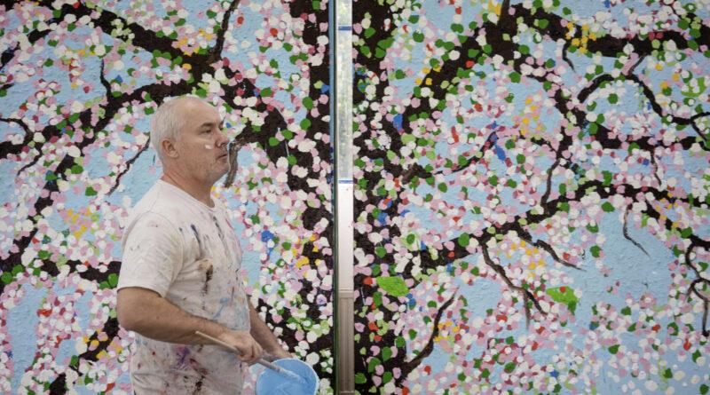 Ett blommande kaos med massor av färg. Damien Hirst ställer ut i Paris.